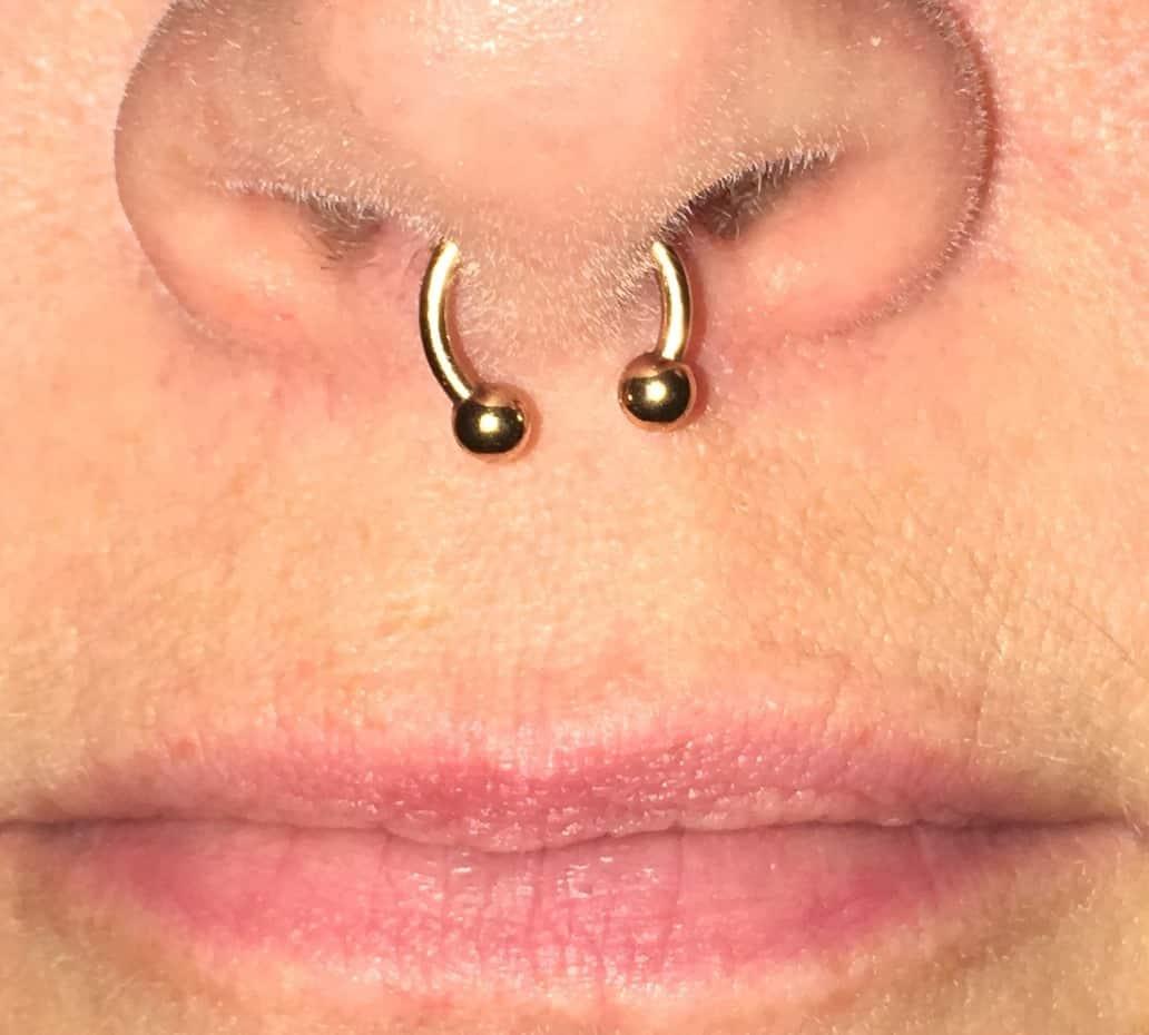 Dachdecker logo tattoo  piercing am Arbeitsplatz - was ist zulässig oder verboten